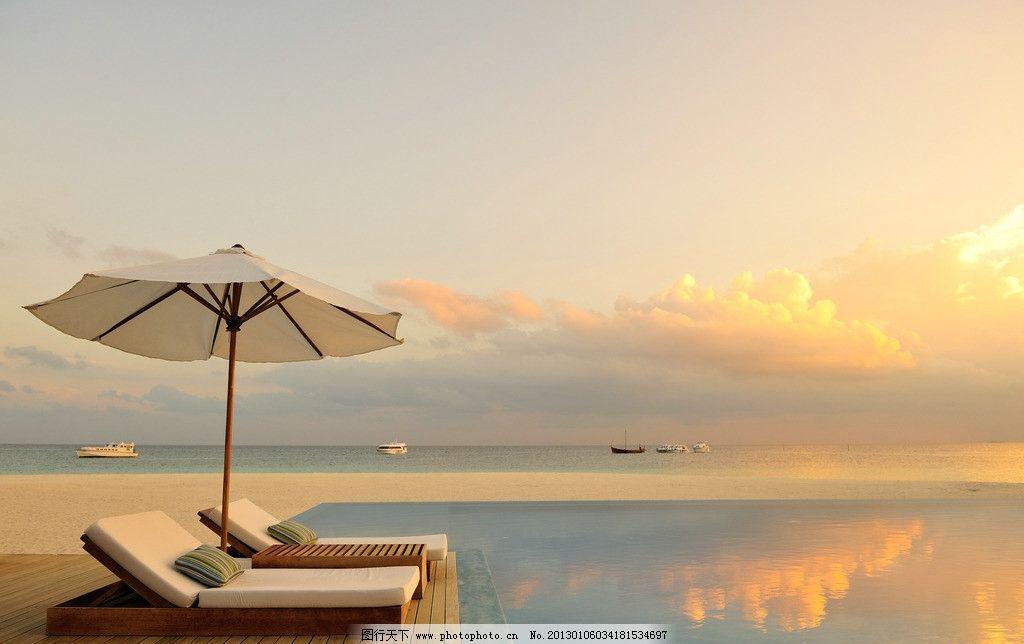 休闲假日 太阳伞 椅子 海边 大海 马尔代夫 游艇 轮船 人间天堂图片