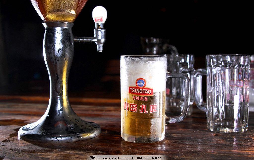 青岛扎啤和杯子图片