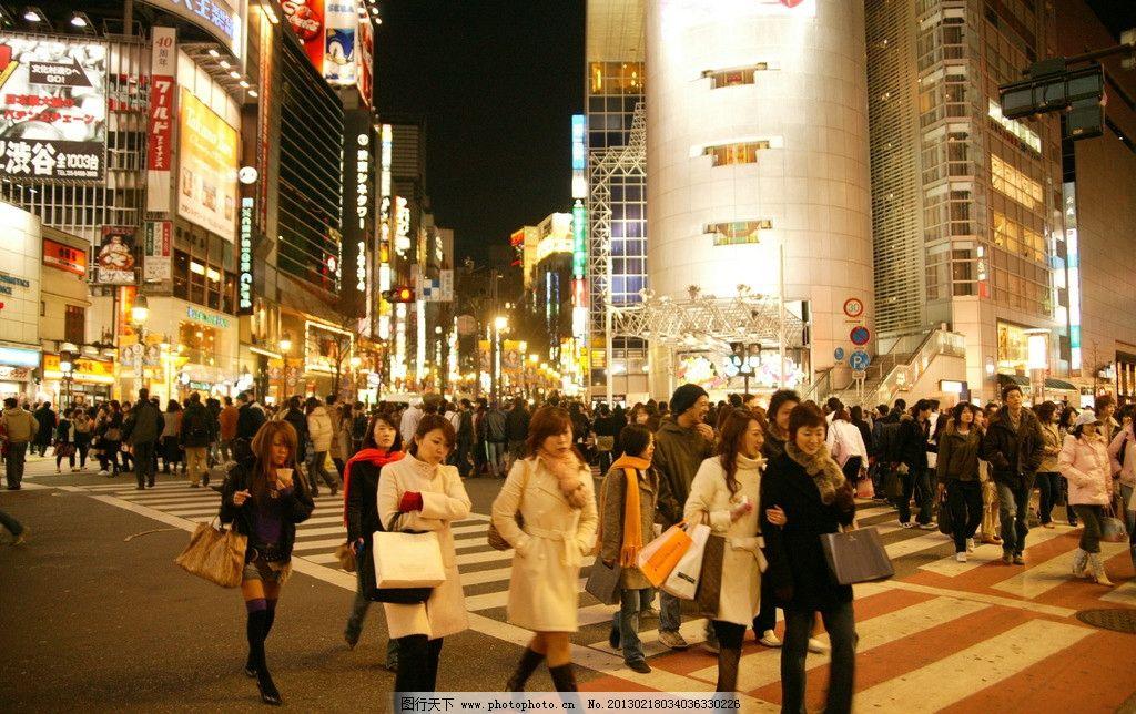 东京街景 夜景 繁华 灯火通明 人行道 人群 拥挤 城市风貌 国外旅游
