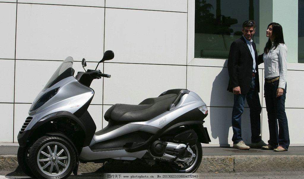 踏板摩托车 骑摩托的人