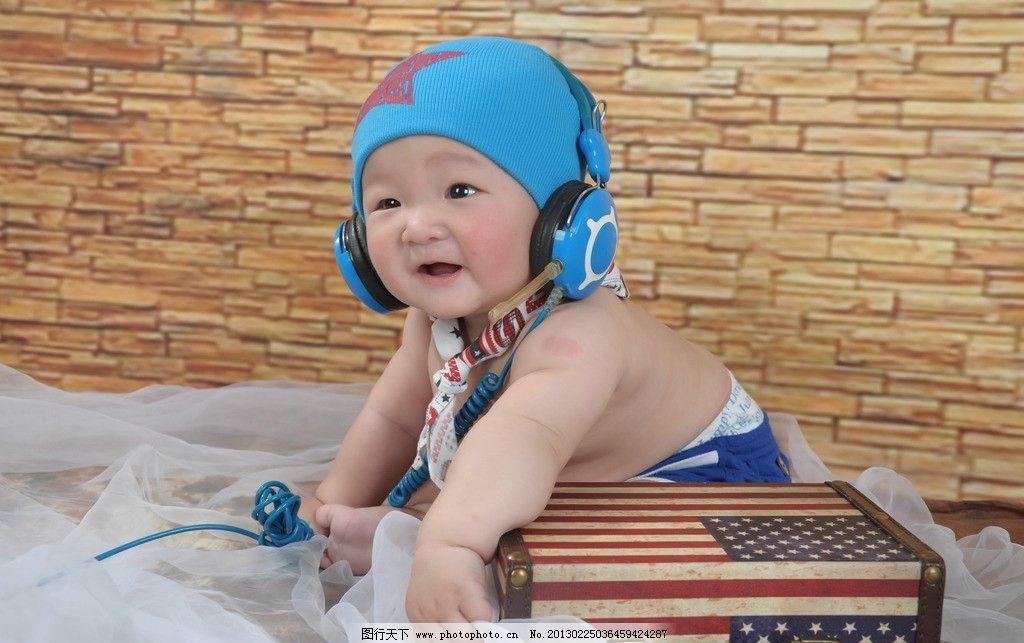 婴儿 笑 耳机 坐着 美国国旗 箱子 儿童幼儿 人物图库 摄影 300dpi jp
