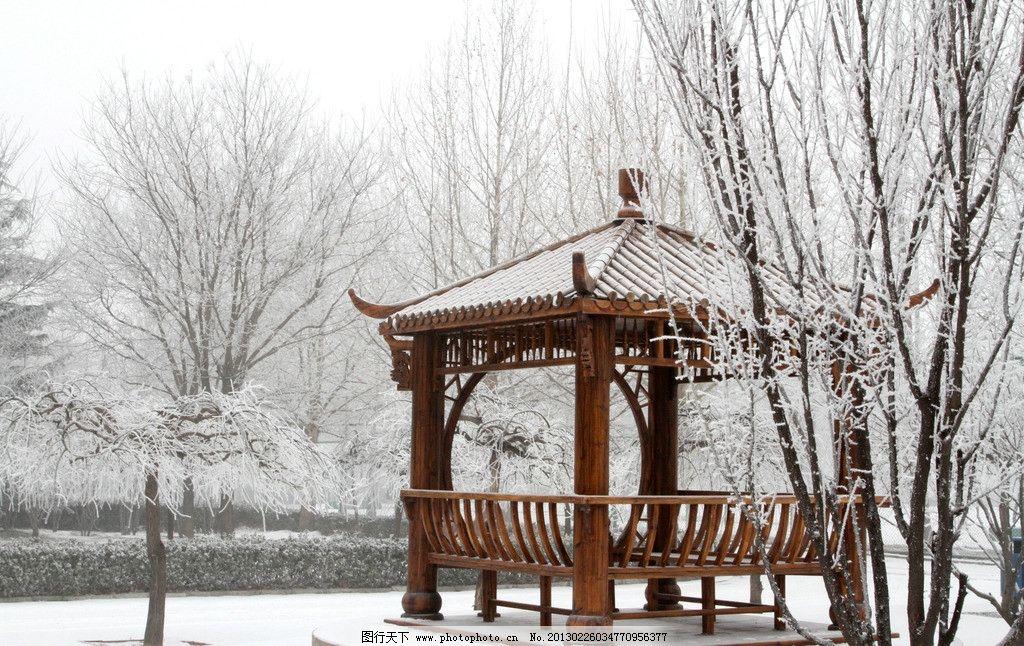 木质亭子白雪图片