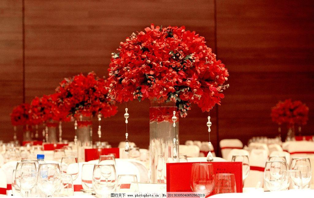 红色系餐桌摆花图片