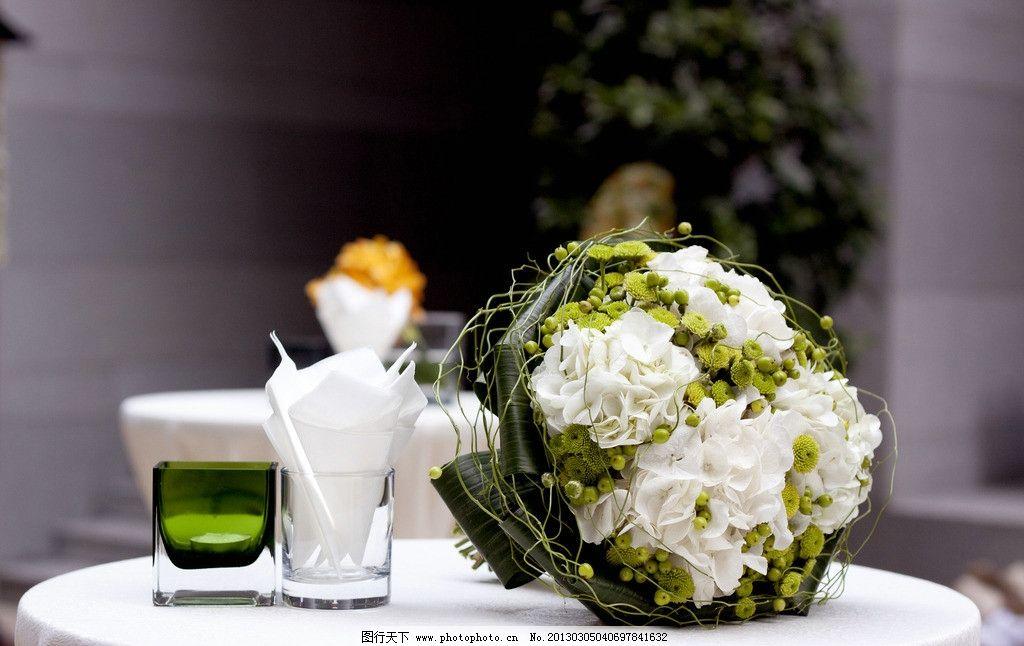 餐桌装饰 餐桌 装饰 鲜花花束 玻璃杯 餐具厨具 餐饮美食 摄影 240dpi