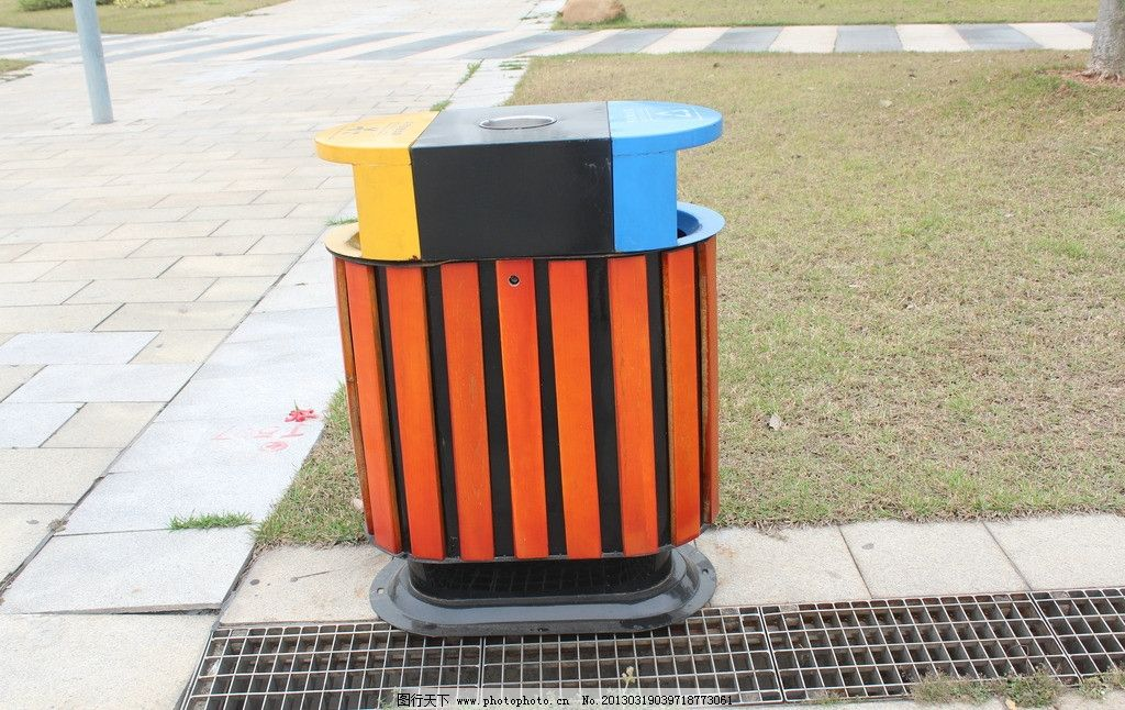 公园垃圾桶图片